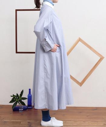 女性らしいAラインシルエットは足さばき良好。少し長めの丈感で体型カバーもばっちりです。 一枚で着るほか、ゆとりのあるサイジングを生かし、ワイドパンツやボリュームスカートを重ねてみるのもおすすめ。