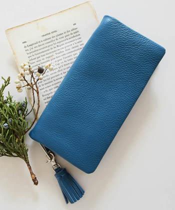 お手頃な価格が魅力的なタッセル付きの本革長財布は、なんと携帯も収納可能♪自然と手に馴染む柔らかな風合いで、使い込むほどに独特の味わいが生まれます。