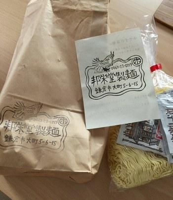卸が中心ですが、工房を訪問すると、作りたての商品を購入することができるのです。安くて美味しい生中華麺や餃子の皮を求めて、連日地元住民が足繁く通う製麺所。まさに「知る人ぞ知る」ですね。
