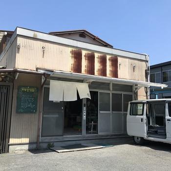 最後にご紹介するお店は、観光客にあまり知られていない、とっておきのスポットです。鎌倉は大町、逗子へ続く道沿いにあるのは、三代続く老舗の製麺所「邦栄堂製麺」です。