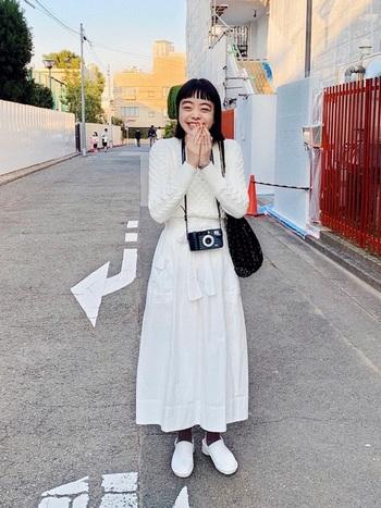 白のニットなら、厚手のウール素材でも春らしい明るい印象になりますね。オールホワイトのワントーンコーデも、模様編みの立体感でニュアンスが感じられます。