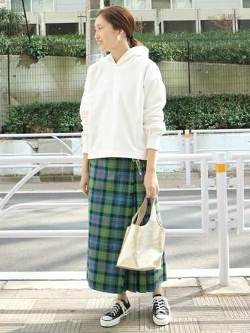 春らしいアイテムと言えば白のパーカーは、すこしゆったりサイズで今っぽく。チェックのロングタイトスカートでトラッド感をミックスした大人カジュアルスタイルです。