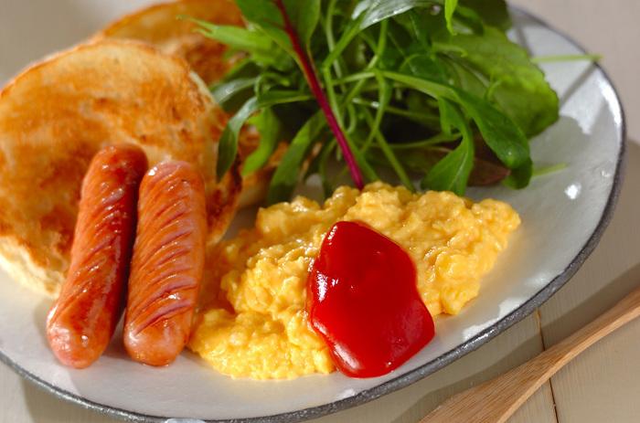 本格的なふわとろスクランブルエッグは、マヨネーズを入れるのがポイント。まるでホテルの朝食のような豪華さを感じるひと品です。