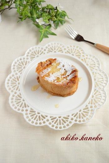 上品なフレンチトーストは朝ごはんのほか、三時のティータイムにもおすすめです。卵液にしっかりと漬け込むと、中までじんわりと卵の味が広がるフレンチトーストになります。