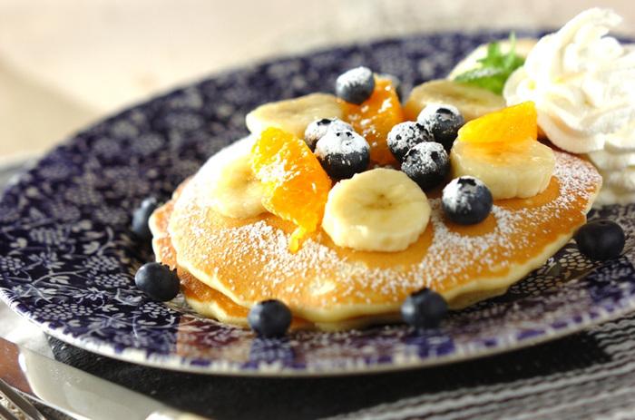 丁寧につくったパンケーキにはホイップクリームやカラフルなフルーツをたっぷりとトッピングして。キラキラしたお皿を見たら、元気が湧いてきそうです。
