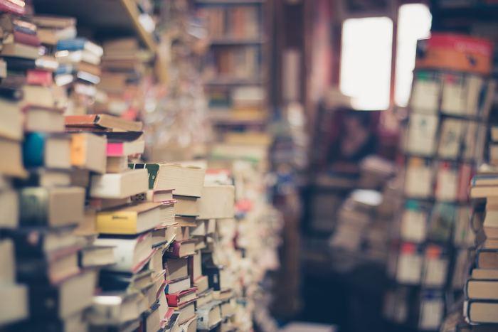 寝る前のスマホをやめたら何をすればいいか分からない、という人は本を読んでみてはどうでしょう。 本を読む習慣がない人は、すぐ眠くなってしまうかもしれませんが、それも早起きできるならいいことです。ベッドの中、電車で移動中、ちょっとした待ち時間、本を読む時間は、思うほど少なくありません。 本を借りに図書館へ通う、休日はまだ知らない本を探しに、古本屋さんに出かける、新しい暮らしのリズムが見えてきます。本を読むだけで、いつでも世界中のどこへでも行け、非日常な物語の世界に入り込み、人生を豊かにしてくれる知識が増え、新しい自分を発見するきっかけになるかもしれません。