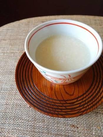 炊飯器を使って米をおかゆの設定で炊いたあと、米麹を加えます。6~8時間、蓋をせずに布巾をかけて保温するのがポイント。