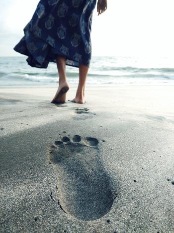 足の裏の感触や温度を感じてみる、コーヒーカップを持った時の指の感覚に集中してみる、など足先や指先に意識を向けてみるだけでも、ほんの少しの間だけ脳を落ち着かせることはできます。完全にリラックスした瞑想の状態とは違いますが、頭より感覚を優先する瞬間が大事なのです。