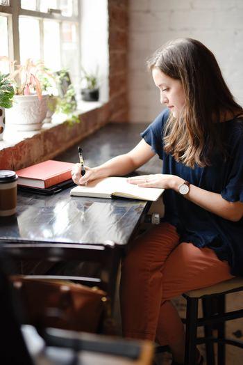 頭に浮かんだことをとにかく書き出してみるのも、思考の絡まりをほどく1つの手段です。文字として表に出すと、現状を客観視できます。精神の安定には、アウトプットも大切ですね。
