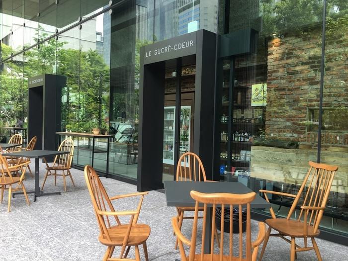 大阪・吹田市で大人気だった「ル・シュクレクール」が2016年に北新地に移転。明るく開放的な店内には、パンはもちろんケーキの種類も豊富で、毎日たくさんの人が訪れる人気ブーランジェリーです。