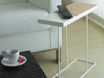 壁に溶けこむような品のある佇まいが魅力のサイドテーブル。 高さが44cmとソファの座面とほぼ同じ高さなので、とても使いやすく、小さめサイズなので、お部屋のインテリアに、さりげないアクセントをプラスしてくれます。 天板は、陶器と美しい木目のMDFの組み合わせ。木目部分はウォールナットとオークがリバーシブル(両面)になっているので、その日の気分で楽しんでみてはいかがでしょう…。