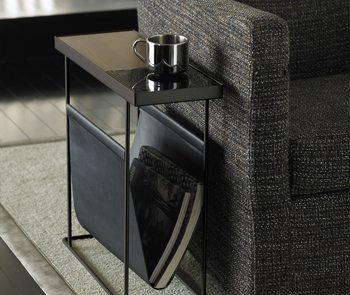 陶器部分の表側は平らに、裏側は窪んだトレイ形状になっているので、お好みや用途に合わせて入れ替えて使うことが出来ます。 サイドテーブルのみのタイプ、テーブル下にマガジンラックが付いているタイプ、それぞれ白と黒の2色展開。おうちのインテリアに合わせてセレクトしてみては!