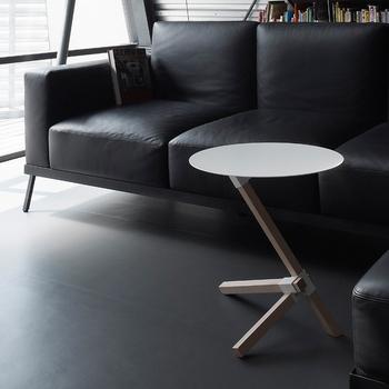 とは言っても、天然木の優しい印象も合わせ持ち、どんな空間にも合わせやすいテーブルです。 長さの異なる3本の脚をスチールのジョイントが支えていて、まるでオブジェのような美しさと安定感。 スチール部分は、ホワイトとブラックの2色のカラー展開です。