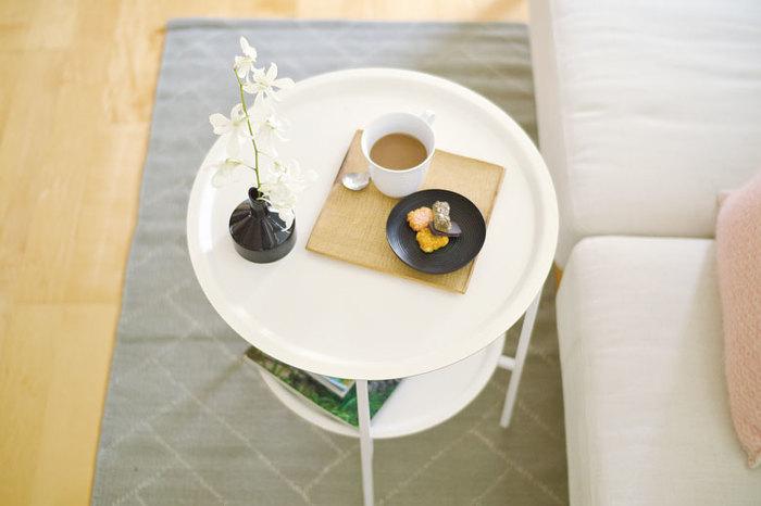 2枚のサイズ違いのトレイを上下2段に組み合わせたスウェーデン製のトレイテーブル。 トレイの素材は、丈夫で軽い白樺。スチールの軽やかな台にのせて、ソファの前やベッドサイドやリビング、テラス…など、必要な時に、必要な場所へと持ち運ぶことが出来ます。