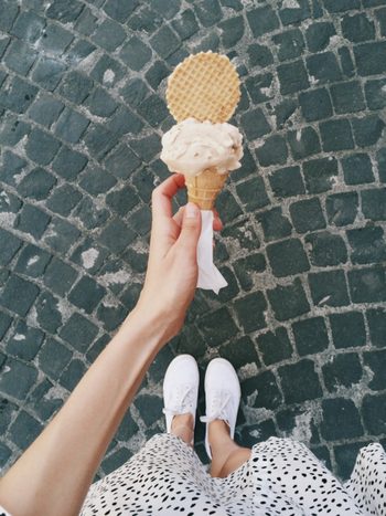 日本では「アイスクリーム」と呼べる商品は乳固形分が15%以上で、そのうち8%は乳脂肪分であることが定められています。対するジェラートは、乳脂肪分5%程度で製造することがほとんど。つまり、ジェラートのほうがアイスクリームよりも乳脂肪分が控えめなのです。