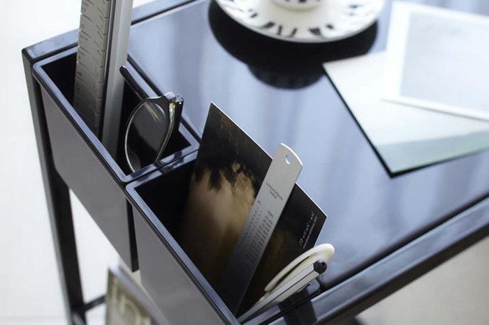 雑誌や小物など細々とした物を収納できるサイドテーブル。 リモコン、携帯、雑誌etc…くつろぎながら、すぐに手に取りたい物を常備収納しておける、優れもののアイテムです。