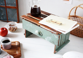 """100円グッズの""""桐すのこ""""、デッキパネルなどを組み合わせて作るサイドテーブル。 100円ショップで揃えられる材料い、手軽に作れるところがいいですね!"""