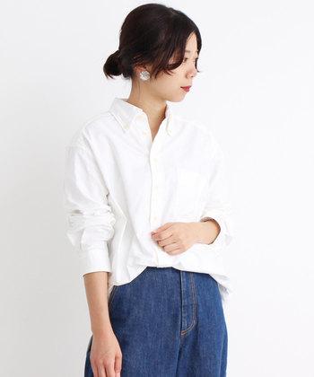 1枚でさらっと着ても、レイヤードして技ありに着てもキマる「白シャツ」や「白ブラウス」は、大人のファッションコーデに、ぜひあわせたい1枚。季節問わず、ユニフォームのように毎日使える万能さも魅力ですよね。