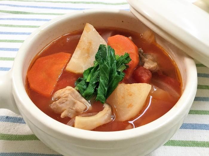 鶏肉が入った具沢山のトマトスープです。ごはんをプラスしてリゾット風にしても美味しそうです。