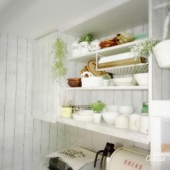 少しかすれたような、あえて古めかしい木目調シートを貼ることことで、ナチュラルでどこか懐かしい雰囲気の食器棚に変身。食器棚だけではなく、周りの壁にも同じシートを使用して統一感あるキッチン空間に。
