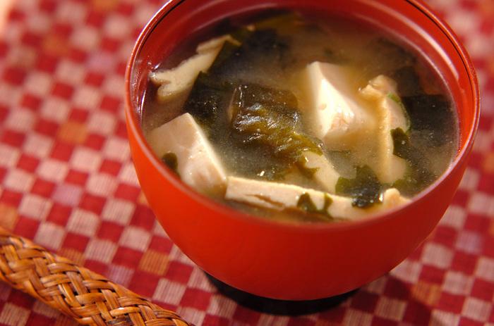 ごはんと温かいお味噌汁、それにお漬物があったら、もうそれで簡単な朝ご飯が完成です。お味噌汁は具材の組み合わせ次第で、無限の広がりをみせてくれる汁物です。ベーシックなお豆腐と油揚げのお味噌汁をまずは覚えて、毎日のごはんに生かしてみましょう。