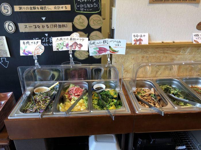 ビュッフェのお料理は、有機野菜を使ったものが多くヘルシー。マリネやソテーなど、食材の持ち味を活かした調理法で作られているので、本格的な味が楽しめます。
