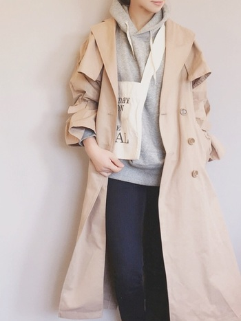 厚手のコートを着る変わりに、春用の薄手のコートやジャケットをレイヤードして重ね着で防寒するのもこの時期おすすめです。トレンチにパーカーは鉄板ですね。