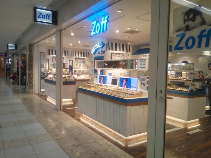Zoffもまた、JINSと同じように、身近に店舗がある、頼れるメガネショップ。軽くてしなやかで丈夫な「Zoff SMART」というフレームなど、ニーズにあったラインナップも要注目です。