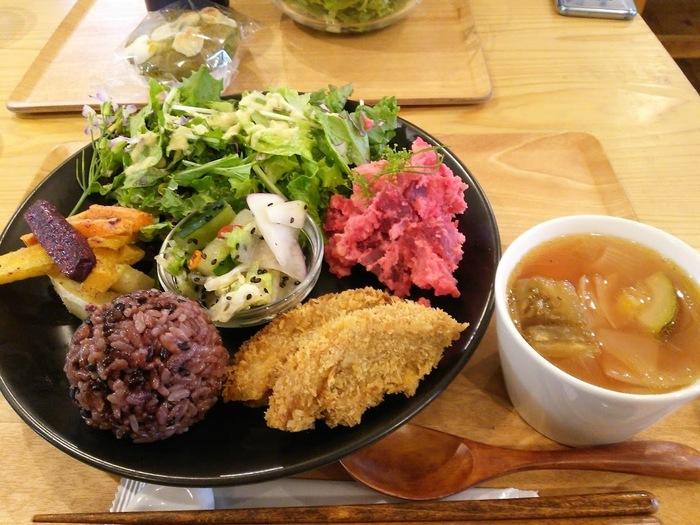 有機野菜を使ったベジランチもおすすめ。お野菜の味が引き立つように丁寧に調理されていて、どれも体にじんわりしみわたるおいしさ。大豆ミートや車麩など、ヘルシーながら食べごたえのある食材が使われているので、満足感が得られるのもうれしいですね。