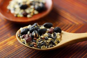 雑穀を主役にした料理は、まず雑穀だけを炊くことが基本になります。簡単ですので、分量や手順を覚えておくと役立ちますよ。