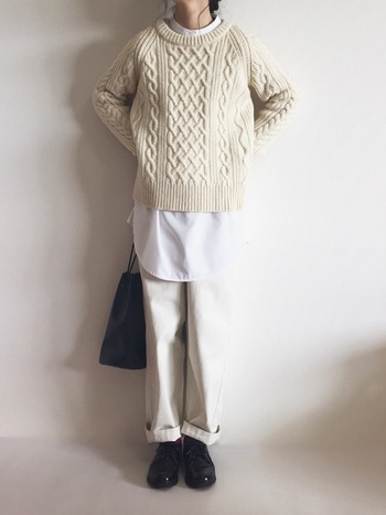 ニットの襟元と裾から見える白シャツが、程よい抜け感を演出してくれています。同系色・異素材でまとめることで、コーデに統一感が生まれ、おしゃれ上級者に見えますね!もちろんニットは赤や黒などの色物でも、シャツの白が映えるので素敵ですよ。
