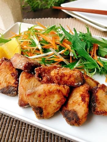 ぶり・たらのような切り身も、調理ばさみがあれば簡単に一口サイズに切ることができます。  そんな一口カットのお魚料理でチャレンジしてほしいのが、「魚の竜田揚げ」。タレに漬け込んだら、唐揚げのように、片栗粉をまぶして、さっと揚げて出来上がりです。  にんにくの香りもきいていて、食欲を刺激するおかずになりますよ*