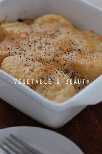 ポテトグラタンのチーズにもちあわを混ぜて焼いています。こんがり焼いたら、寒い季節に嬉しいメインディッシュになります。