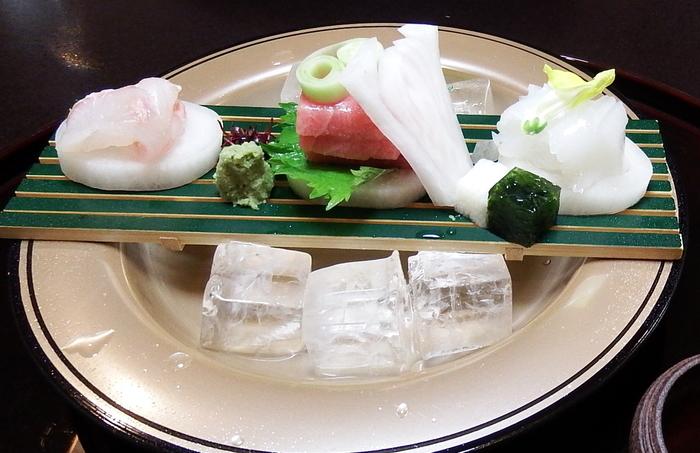 お料理は旬の食材を使って月替わりの献立となっています。素材や味付けはもちろん、盛り付けにもこだわって作られた懐石料理には定評があります。