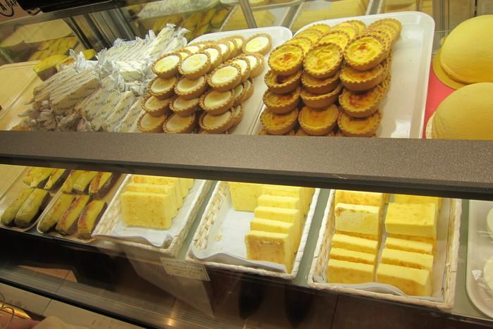 スワンシュー以外の北海道らしいチーズ系のスイーツも絶品です。東京や大阪、福岡など全国の催事では、スイートポテト、濃厚チーズバー、チーズドームリッチなど、「菓子工房 ら・ねぇーじゅ」の人気商品の一部を味わうことができますよ。