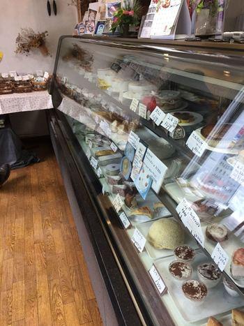 北海道産の素材を使った気取らないお菓子の数々が並んでいます。誕生日にはキャラデコケーキを注文できたり、素朴な店構えの地元の人に愛されているケーキ屋さんです。