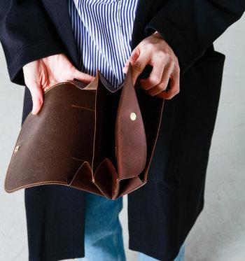 ■長財布  天然皮革を使用し、クラフト感漂うステッチが魅力的。マチが付いているのでまるでアコーディオンのように大きく開き、物の出し入れがスムーズです。手作りの温かな風合い漂うステッチが随所に見られます。  <仕様> ・お札スペース:2箇所 ・フラップ付きコイン入れ:1箇所 ・カードポケット:9個 ・背面にもICポケット付き