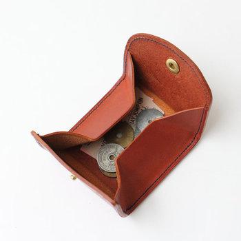 ●コンパクト財布  シンプルで口開きが良いボックスタイプ。素材は使いこむほどに手に馴染む、エルバマットレザーの薄手タイプレザーを使用しています。コンパクトに収まる手のひらサイズで、ポケットに入れてもかさ張りません。  <仕様> ・コインスペース:1箇所