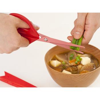 料理の最後の仕上げにも、大活躍。  お味噌汁やお豆腐に「ちょっとねぎをのせたい」。そんな時はこのように調理ばさみで、必要な分だけねぎを切ればいいですよね。彩りも、栄養的にも良くなります◎