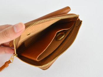 ●コンパクト財布  とにかくコンパクトなお財布がいい方、小銭入れや旅行用などサブのお財布として使いたい方にピッタリ。昔ながらの方法でイタリアの職人さんが時間をかけて仕上げた素材なので、使い込むほど手に馴染み、よい艶が出ます。  <仕様> ・仕切りで分けられたお札と小銭入れ ・フラップ付きコインスペース:1箇所