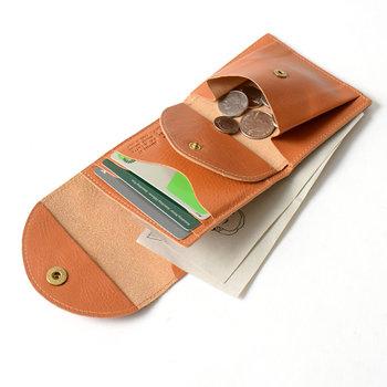 ●コンパクト財布  女性の手にも収まりの良いサイズ感。上質なレザーにお馴染みのバッファローロゴを刻印し、ゴールドのボタンが上品な輝きを放ちます。必要最低限のものを機能的に持ち運べる、実に頼もしいアイテムです。  <仕様> ・お札入れ:1箇所 ・フラップ付きコイン入れ:1箇所 ・ユーティリティポケット:1箇所 ・カードポケット:3個