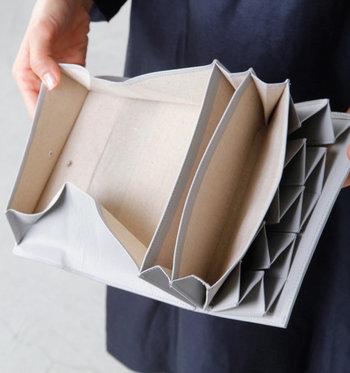 ■長財布  大容量の収納力が自慢の逸品。レザーに施された畝状のエンボスの素材感が引き立ちます。スナップ留めは2段階。中が膨らんできても安心して留めていただけます。  <仕様> ・お札入れ:2箇所 ・コインケース:1箇所 ・蛇腹になったカードホルダー