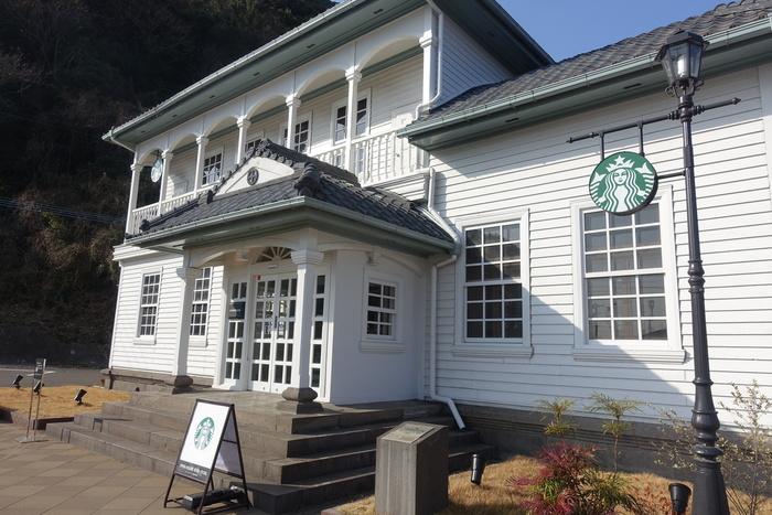 そして、筆者一押しの立ち寄りスポットが、こちらのスターバックスコーヒー。  レトロな白い洋館の建物で、実は歴史的にも貴重。島津家ゆかりの登録有形文化財「旧芹ヶ野島津家金山鉱業事業所」をリノベーションした建物なんです。