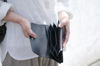 ■長財布  4レイヤーに分けた用途別の収納と、ジャバラのような構造が特徴的な長財布です。メイン素材にはイタリア製のナッパレザーを使用。発色の良いカラーを出しつつも、奥行きや透明感がある表情が魅力的になっています。  <仕様> ・お札入れ ・ファスナー付きのコイン入れ:1箇所 ・カードポケット:6箇所 ・背面ポケット