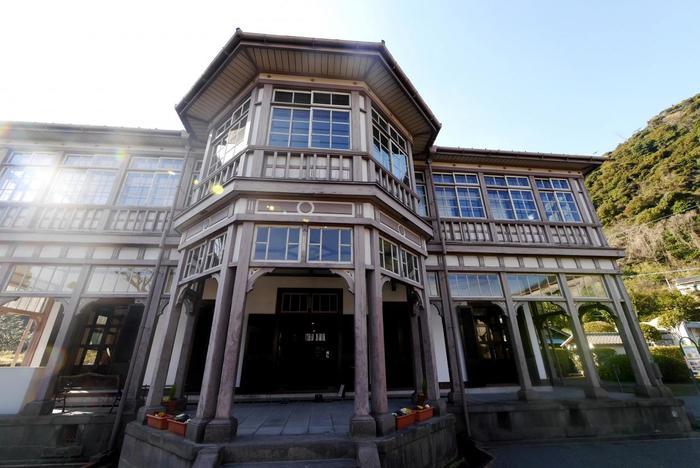 """『異人館』もまた、レトロモダンな雰囲気を楽しめる建物。日本で初期の洋風木造建築で、海外の雰囲気漂うコロニアル様式。建築好きさんにはたまりませんね。  ちなみに、なぜ""""異人""""の館なのか――。それは幕末、鹿児島紡績工場がこの地につくられ、その操業を指導するイギリス人技師の宿舎であったからだそうですよ。"""