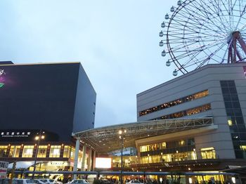 『鹿児島中央駅』の外観はこちら。  大きな観覧車・アミュランがシンボルマークです。鹿児島県一の商業施設「アミュプラザ」も駅に併設されていて、お買い物やお土産探しも楽しめますよ。