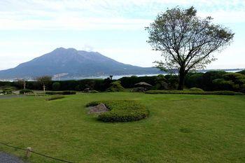 桜島や錦江湾を一望できる庭園もあります。  壮大な自然を前に、鹿児島の歴史上の人物たちに想いをめぐらすのも、贅沢なひとときになりそうです。