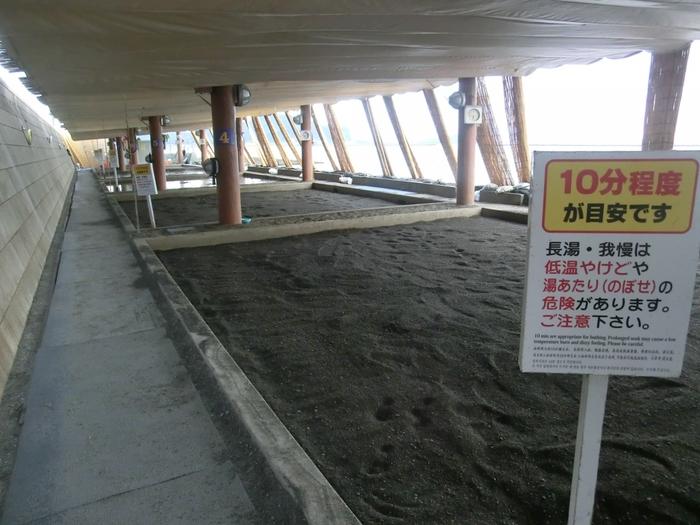 指宿には、砂むし(通称 砂風呂)を楽しめる温泉施設が点在していますが、なかでも天然砂むし温泉として有名な「砂むし会館砂楽」をご紹介。  貸し浴衣に着替えて、砂の上に寝転がると、スタッフの方が砂をかけてくれます。じわじわと砂の熱を感じて、体がぽっかぽかになりますよ。  実はこの砂むしは、300年も前からある治療法の一つなんだそう。海岸線の砂浜で行っているところがほとんどなので、波の音を聞きつつ、体を温めて、極上のリラックスを楽しんでくださいね。疲れた体にご褒美の瞬間です。