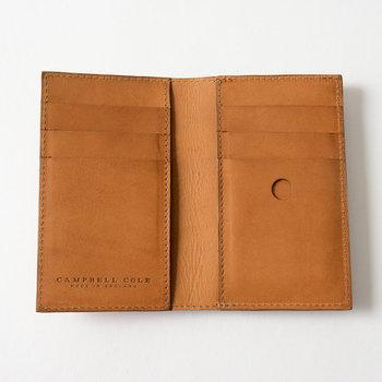 ●コンパクト財布  英国らしいシンプルデザイン。洗練されたプロポーションとレイアウトの都会的な雰囲気を纏った、スタイリッシュなルックスです。ちょっとしたお買い物時などで手に持つだけで様になる存在感は、持つ人の雰囲気を高めてくれます。  <仕様> ・多用途ポケット(お札入れなど):2個 ・ジッパー式コイン入れ:1箇所 ・カードポケット:6個 ・背面ポケット