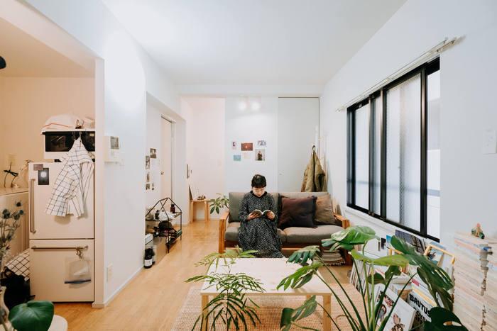 明るく大きな窓が引き立つ、ロータイプの家具で揃えられたリビング。座り心地のよいソファと、たくさんの本、手元には好きな飲物を用意すれば、カフェでまったり寛いでいるような気分に浸れそう。